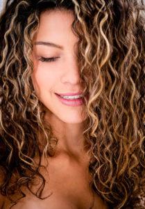 cabelos cacheados com luzes